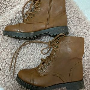 Combat boots with inner side zipper